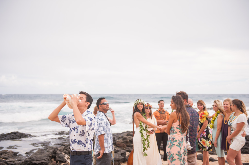 Rachel_Rose_Photography_Hawaii_Oahu_Destination_Wedding_Bride_Groom_Conch_Shell